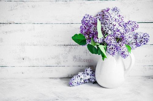 Сирень в белой вазе на деревенском фоне
