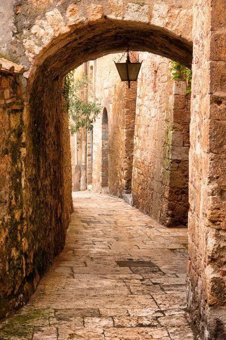 Красивая старая арка в Италии