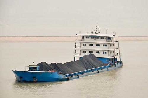 Грузовая баржа на р. Янцзы в Китае