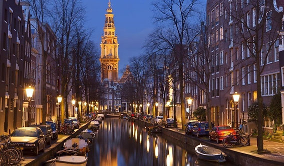 Церковная башня в Амстердаме ночью