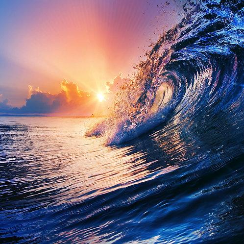 Морской пейзаж с красивым восходом солнца над океаном и приятными облаками