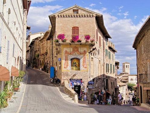 Средневековые улицы Ассизи в Италии