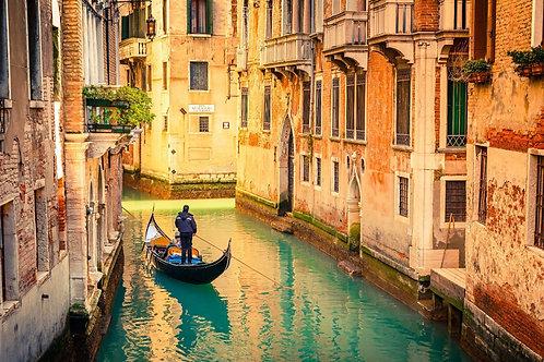 Канал с гондолой в Венеции