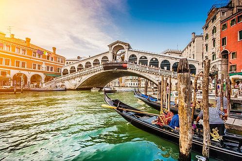 Панорамный вид на Гранд-канал и мост Риальто на закате в Венеции