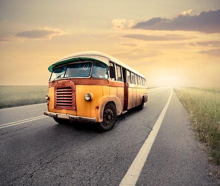Винтажный автобус на сельской дороге на фоне заката