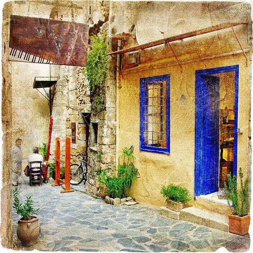 Греческая старая улица с таверной