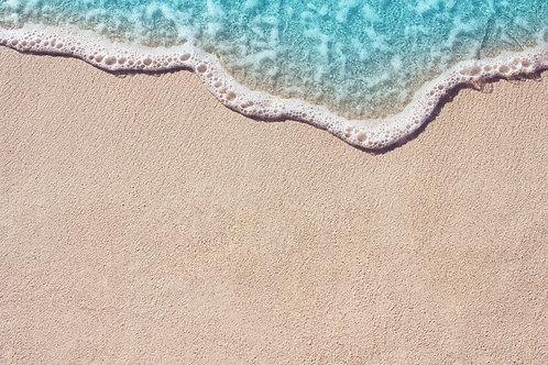 Мягкая волна синего океана на фоне песчаного пляжа