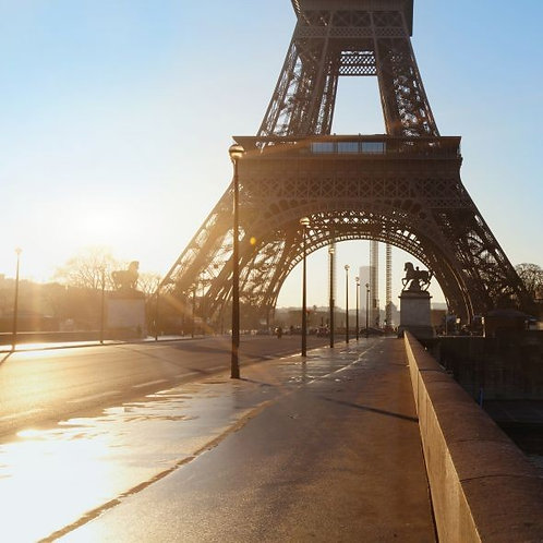 Пустая улица в Париже и Эйфелева башня