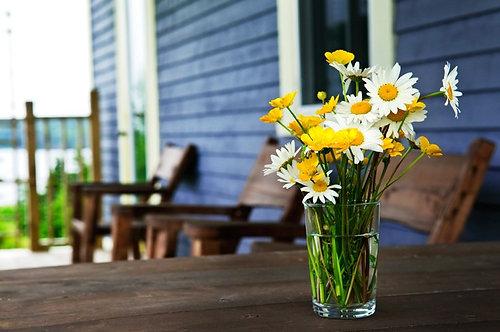 Букет полевых цветов и ромашек на деревенском столе