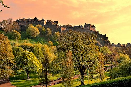 Эдинбургский замок и уличные сады на закате