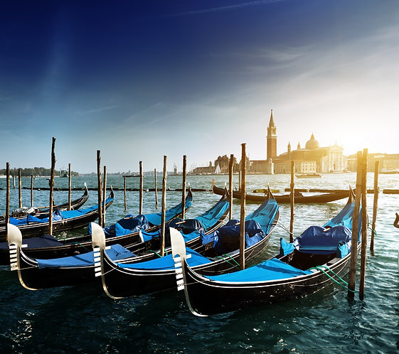 Гондолы на Гранд-канале и церковь Сан-Джорджо-Маджоре в Венеции