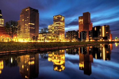 Прекрасный вид на офисные здания Амстердама ранним утром