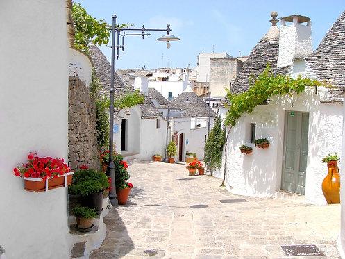 Красивая улица среди труллов в Альберобелло - Италия