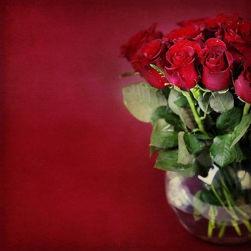 Букет из красных роз в вазе на алом фоне