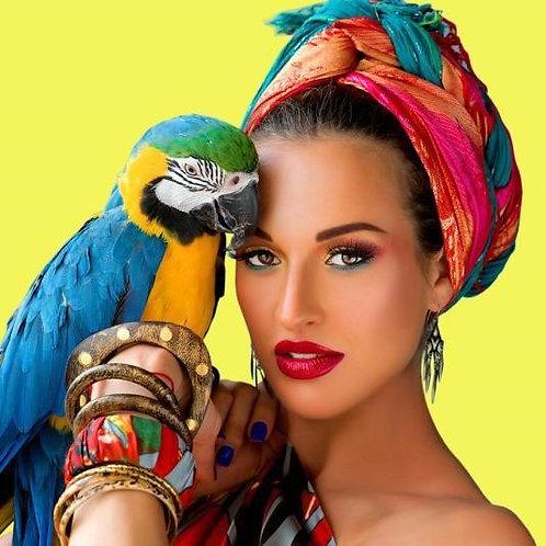 Девушка с попугаем на руке. Африканский стиль
