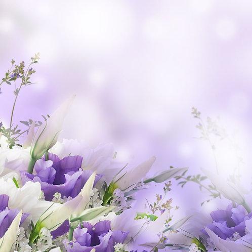 Букет белых и фиолетовых роз на размытом фоне