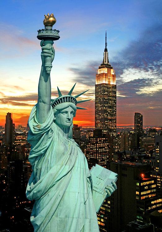 Статуя Свободы на фоне городских огней Нью-Йорка