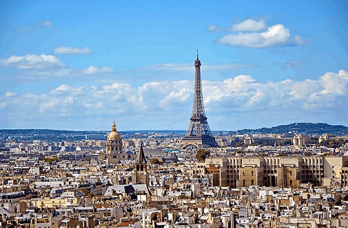 Вид на Париж и Эйфелеву башню с высоты птичьего полета