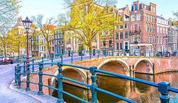 Мост через канал в Амстердаме