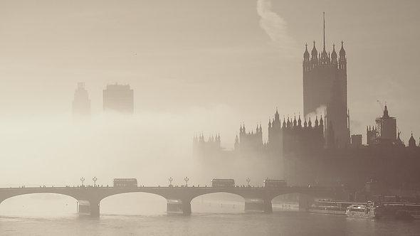 Вид на Вестминстерский дворец в тумане и мост Хангерфорд