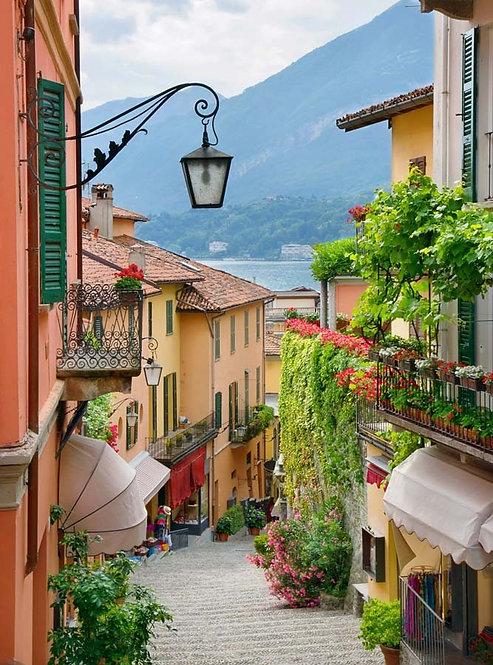 Живописный вид на городскую улицу Белладжо и озеро Комо в Италии