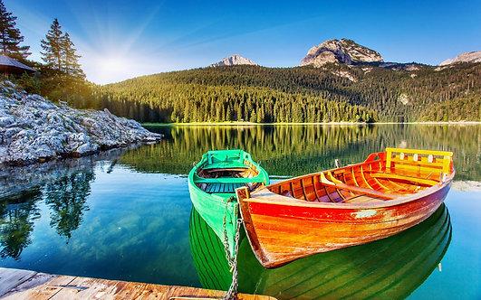 Лодки у горного Черного озера в национальном парке Дурмитор в Черногории