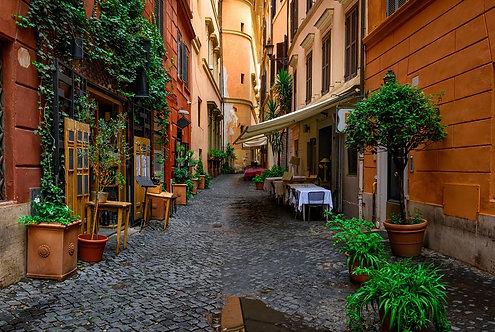 Вид на старую уютную улицу в Риме