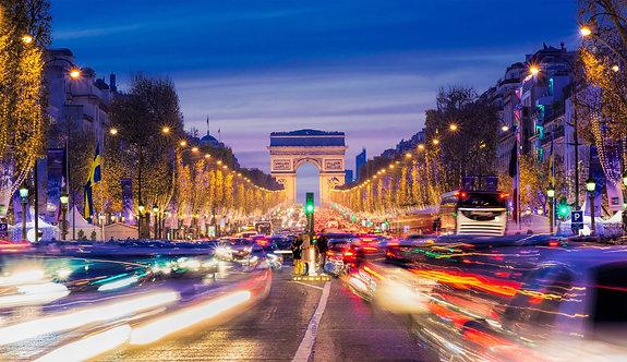 Елисейские поля с рождественским освещением в Париже