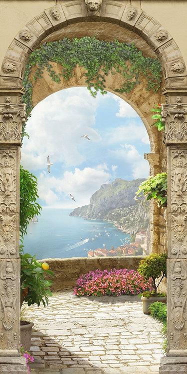 Вид на море с балкона через каменную арку
