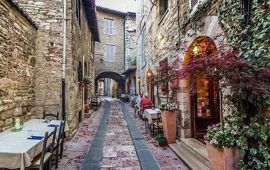 Красивый переулок в древнем городе Ассизи в Умбрии - Италия