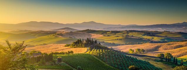 Живописная панорама Тосканы с холмами и полями в золотистом утреннем свете | #227804719