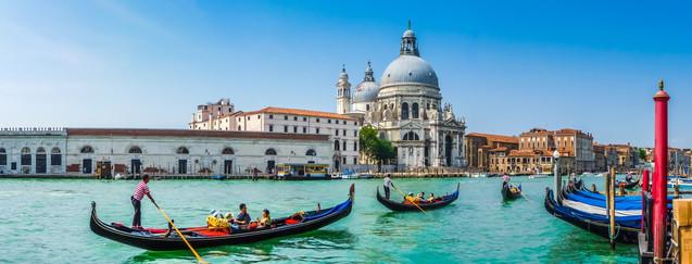 Прекрасный панорамный вид на традиционные гондолы на канале Гранде и базилику Санта-Мария-делла, Венеция | #322101797