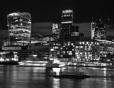 Черно-белый вид Лондона ночью