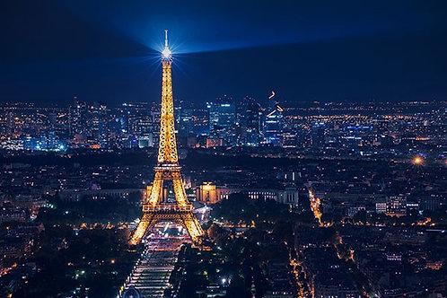 Париж и Эйфелева башня ночью