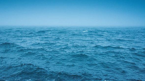 Облачный горизонт и туман над морскими волнами