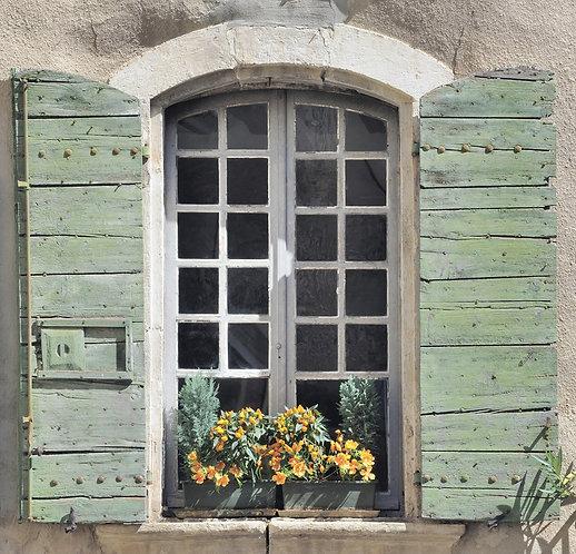 Окно и ставни в старом доме в Провансе - Франция