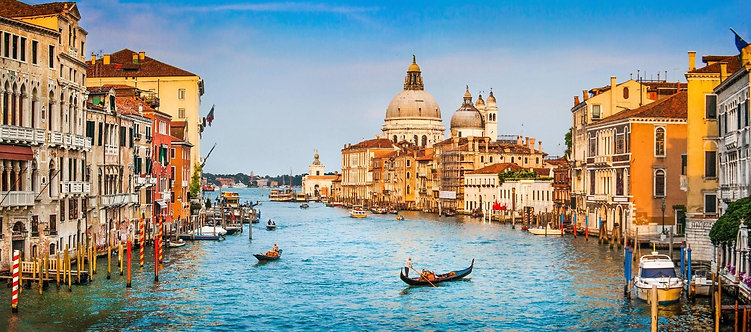 Панорамный вид на канал Гранде и базилику Санта-Мария-делла-Салюте в Венеции