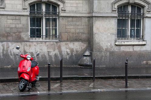 Красный скутер на улице Парижа в стиле ретро