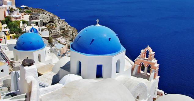 Санторини с традиционными бело-голубыми куполами | #109018835