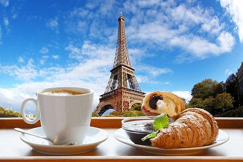 Кофе с круассанами на фоне Эйфелевой башни в Париже