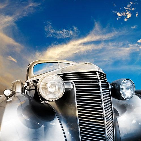 Винтажный автомобиль на фоне ярких облаков
