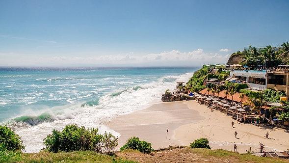 Морской пейзаж с огромными волнами и красивым белым песчаным пляжем на Бали