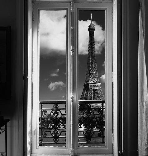 Черно-белый вид из парижского окна на Эйфелеву башню