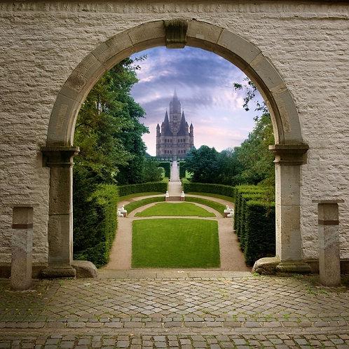 Вид через арку на сад и лестницу к замку