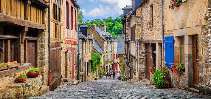 Вид на живописную улочку с традиционными домами
