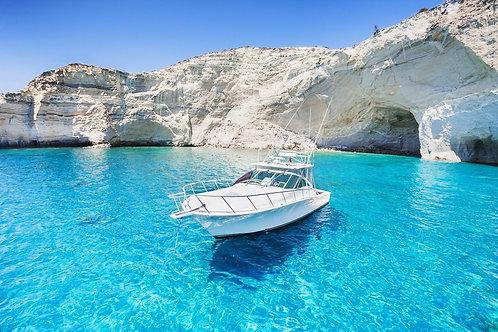 Современная яхта в красивой бухте острова Милос - Греция