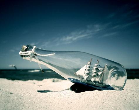 Корабль в бутылке на пляже