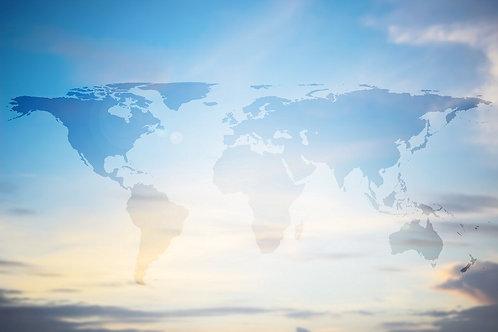 Карта мира в виде силуэтов континентов на голубом фоне утреннего неба