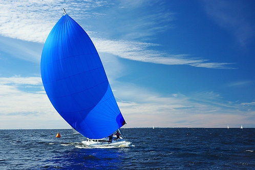 Парусная яхта с большим синим спинакером