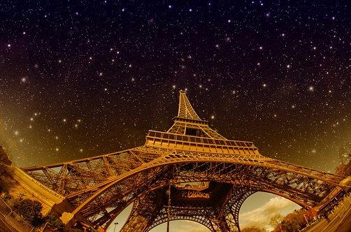 Звезды и ночное небо над Эйфелевой башней в Париже